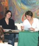 Chloé Galibert-Laîné (droite) lit Alice et Ludivine Bernazzani (gauche) lit Jeanne